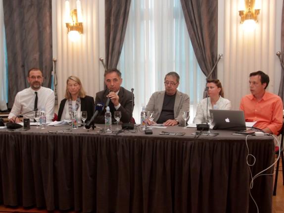 Članovi Srpskog narodnog vijeća i građanski aktivisti na press konferenciji