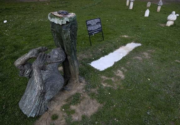 Skulptura nenamjerno oštećena