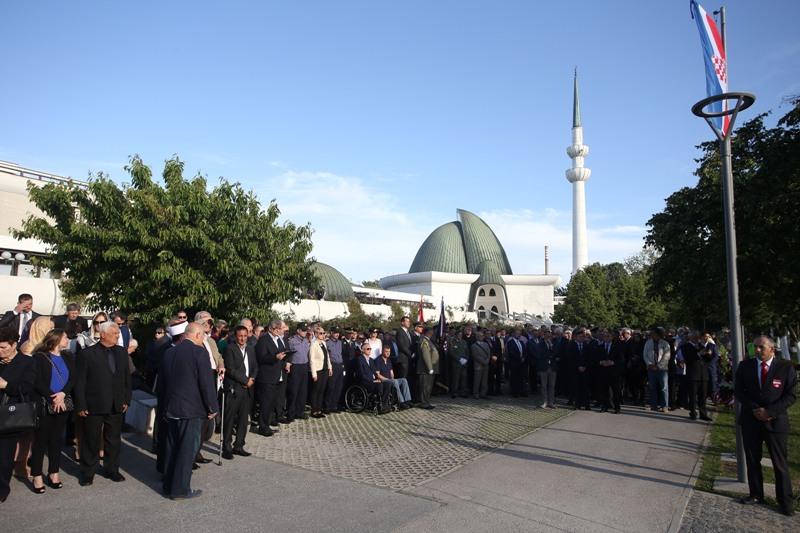 Vijenci položeni na spomen-obilježje ispred Islamskog centra u Zagrebu