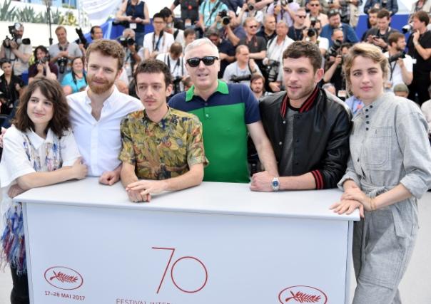 "CANNES: CRVENIM TEPIHOM PROŠETALA EKIPA FRANCUSKOG FILMA ""12 BATTEMENTS PAR MINUTE"""