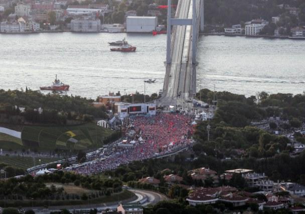 Na mostu se danas okupila velika masa ljudi