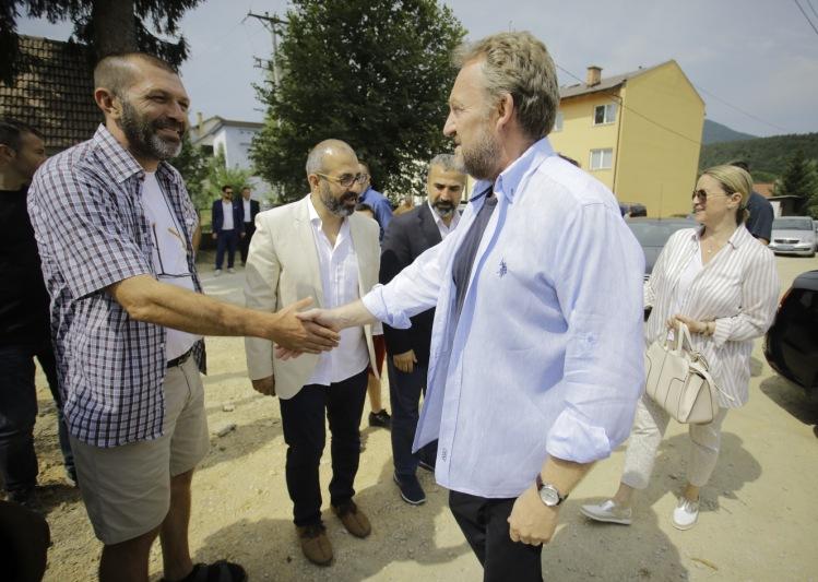 Izetbegović sa suprugom posjetio ekipu serije Alija u Tarčinu kod Sarajeva