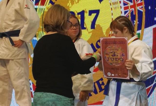 Azra prilikom uručenja medalje i s trenerom Bečićem