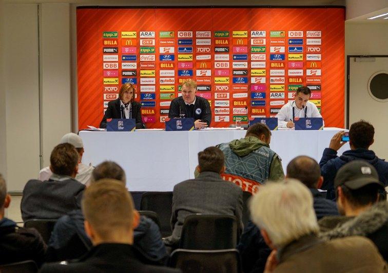 Selektor Robert Prosinečki na press konferenciji nakon utakmice