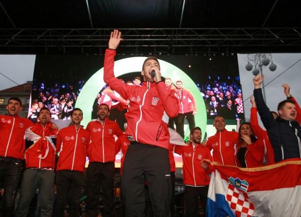 Tenisači s osvojenim peharom u rukama zapjevali s navijačima