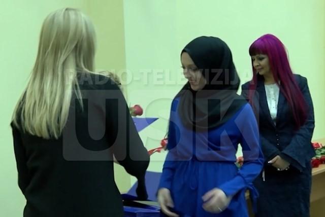 Studentica Emina Nazić prima nagradu