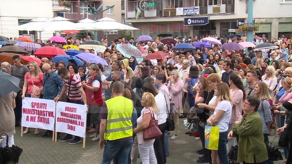 GRADSKI TRG U BIHAĆU: ODRŽAN SINDIKALNI MIRNI PROTEST