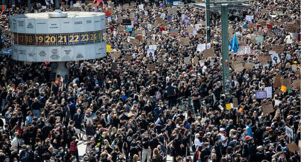 NJEMAČKA JUČER: NA PROTESTIMA ZBOG MJERA PROTIV COVID-19 U STUTTGARTU VIŠE OD 10.000 LJUDI