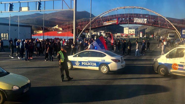 CRNA GORA: PROTESTI U GRADOVIMA, PJESME I TRANSPARENTI KOJIMA SE NEGIRA GENOCID