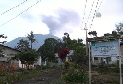 Vulkan Raung izbacuje oblake pepela i do pet kilometara u zrak