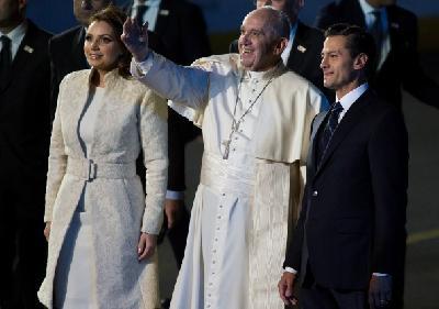 Dobrodošlicu papi poželio predsjednik Meksika Enrique Pena sa suprugom Angelicom Rivera