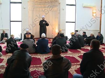 Hadžije na džumi u džamiji u Brekovici