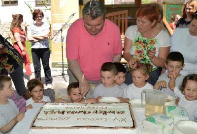 Gradonačelnik Bihaća sa djecom Centra Duga