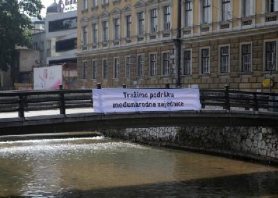 Transparent na jednom od mostova