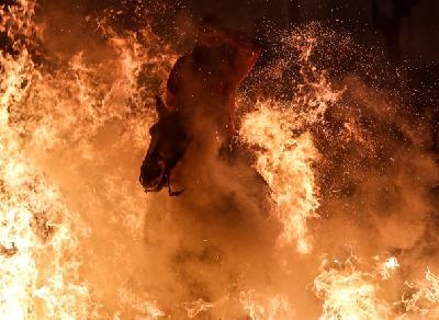 Jahači i njihovi konji skakali su kroz vatru, kako bi se, prema vjerovanju, očistili od grijeha