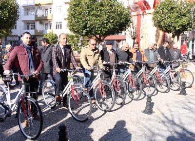 Zvaničnici voze bicikle kako bi bili primjer građanima