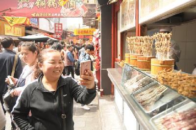 Mirisi jela šire se ulicom koja privlači turiste