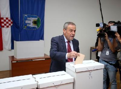 Bandić prvi na glasačkom mjestu