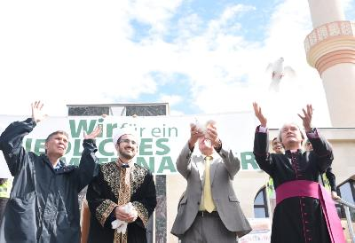 Lanac mira se protezao od džamije do crkve Bruckhaufen