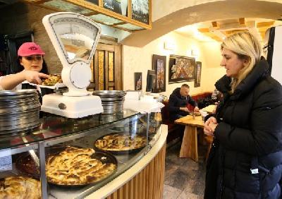 Burek, porijeklom iz osmanske kuhinje, omiljen u BiH i u zemljama regije