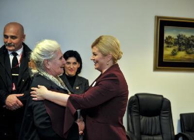 Grabar-Kitarović s članicama Udruženja Majke enklava Srebrenice i Žepe