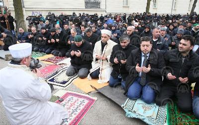 BERLIN: MUSLIMANI KLANJALI DŽUMA-NAMAZ NA ULICI PORED ZAPALJENE DŽAMIJE