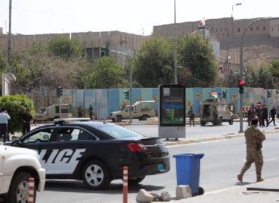 Oružani sukob napadača i snaga sigurnosti unutar zgrade