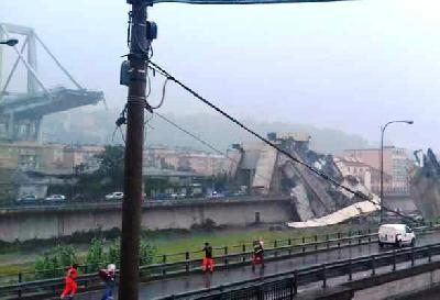 Dio mosta Morandi srušio se na autoput u Genovi