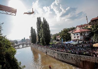 Veliki broj građana Sarajeva i brojni turisti pratili skokove u Miljacku