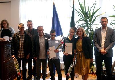 Nagrađeni učenici za literarni rad s gradonačelnikom Milanom Bandićem
