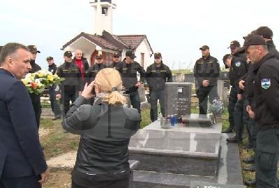 Kolege i prijatelji na grobu Z. Slipčevića