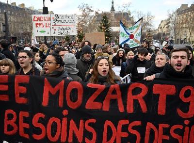 PROTESTI U FRANCUSKOJ NE PRESTAJU: NA ULICAMA NA HILJADE LJUDI TRAŽE VEĆE PLAĆE
