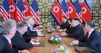 HISTORIJSKI TRENUTAK: TRUMP SE RUKOVAO SA KIM JONG-UNOM I ZAKORAČIO U SJEVERNU KOREJU