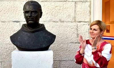 KOLINDA GRABAR-KITAROVIĆ OTKRILA SPOMENIK SARADNIKU NACISTA I ČOVJEKU KOJI JE U SMRT POSLAO SEDAM PARTIZANA