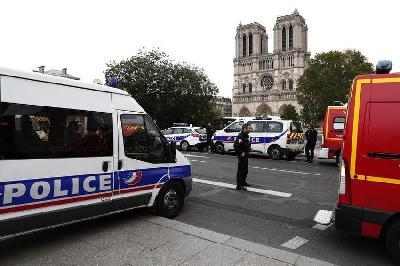 NAJMANJE ČETIRI POLICAJCA UBIJENA U NAPADU NOŽEM U CENTRU PARIZA