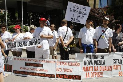 PROTESTI U SARAJEVU: ZATRAŽEN DOSTOJAN ŽIVOT DIJALIZNIM PACIJENTIMA