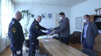 BOSANSKA KRUPA: UČENICI MSŠ SAFET KRUPIĆ IZRADILI I DONIRALI ZAŠTITNE VIZIRE POLICIJI