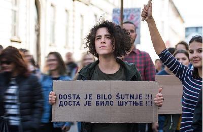 DOSTA JE BILO ŠUTNJE: MIRNA PROTESTNA ŠETNJA OD SEBILJA DO PARLAMENTA BIH
