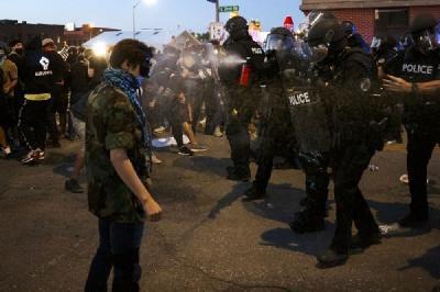 DEMONSTRACIJE U SAD-U IZMIČU KONTROLI: SUKOBI DEMONSTRANATA SA POLICIJOM I HAOS NA ULICAMA