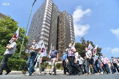 PROTEST RADNIKA ISPRED VLADE FBIH: POVUCITE ZAKON O RADU, NEĆEMO BITI MODERNI ROBOVI