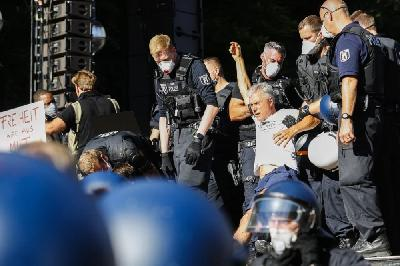 U BERLINU POVRIJEĐENO 18 POLICAJACA NA PROTESTIMA PROTIV MJERA ZAŠTITE OD KORONAVIRUSA