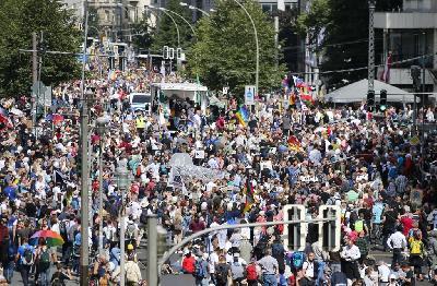 PROTESTI ZBOG MJERA UVEDENIH ZBOG PANDEMIJE: POLICIJA KORISTILA SUZAVAC U BERLINU, PRIVEDENO NEKOLIKO OSOBA
