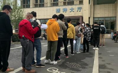 POČELO VAKCINISANJE U KINI, STOTINE LJUDI U REDU ISPRED BOLNICE