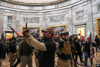 WASHINGTON: PREKINUTA SJEDNICA KONGRESA, TRUMPOVE PRISTALICE UPALE U ZGRADU
