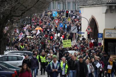 PROTESTI U NJEMAČKOJ PROTIV MJERA: SUKOBILI SE POLICIJA I DEMONSTRANTI