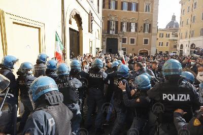 ITALIJA: SUKOB NA PROTESTIMA PROTIV EPIDEMIOLOŠKIH MJERA U RIMU